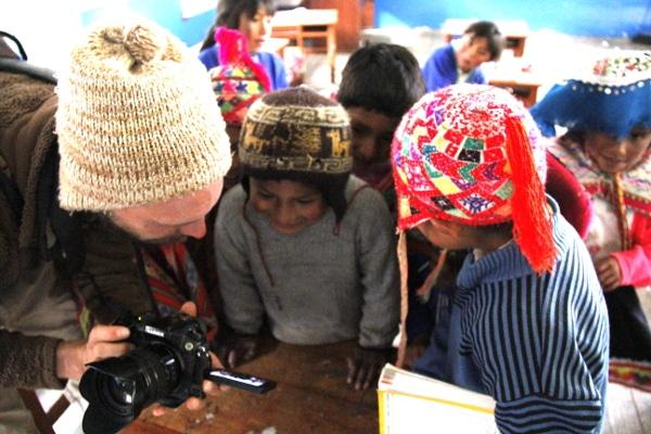 Enfants de la Vallée de Lares avides d'images